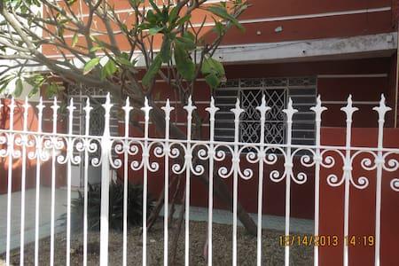 Casa de Flores en 70 Santiago Plaza - Merida