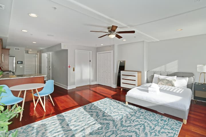 Perfect Large Studio with Balcony in Old City