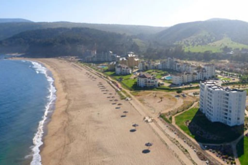 Edificio ubicado a metros de la playa