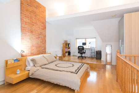 Light-filled Kensington Market Loft - 토론토