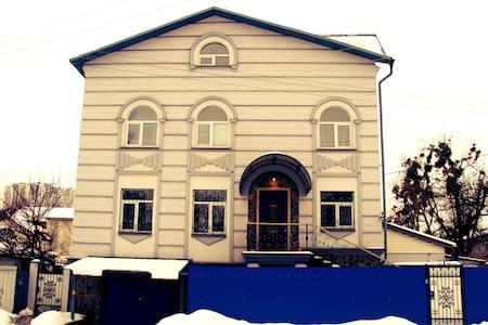 Rent a private room in a big beauti - Kijev