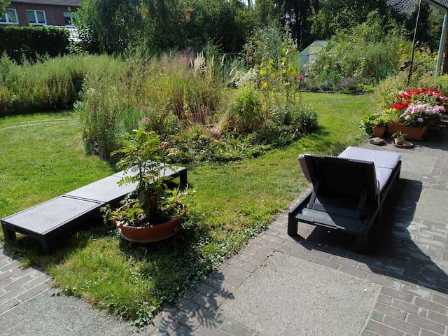 Ruhiges Zimmer mit Gartenblick
