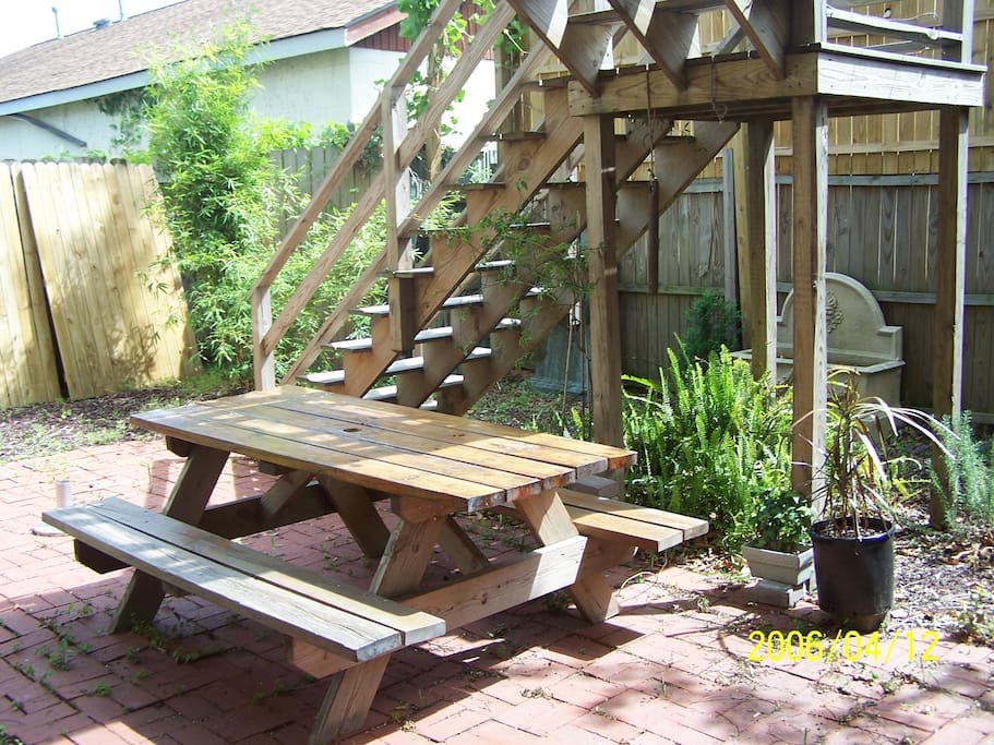 courtyard with picnic table and small built in grill