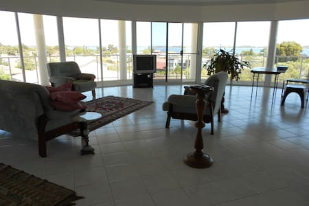 Quality home with lovely outlook - Australind - Talo