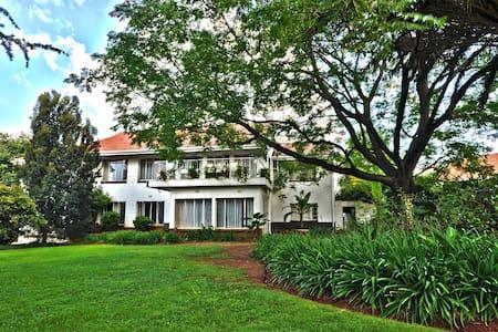 Lush, green gardens, spacious rooms - Randburg