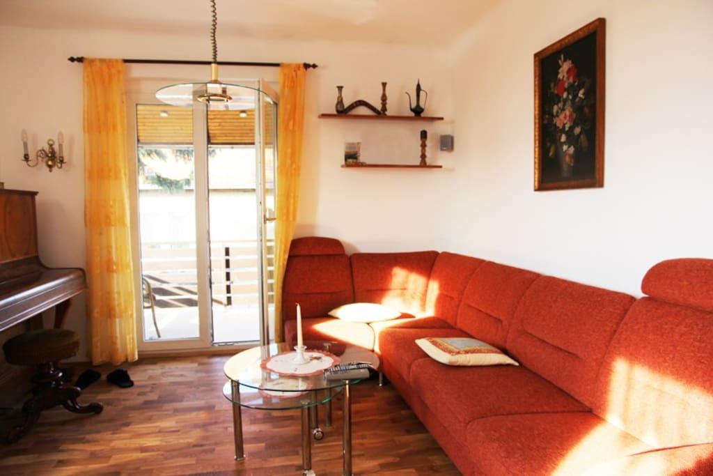 Privates Wohnzimmer mit Zugang zum Balkon