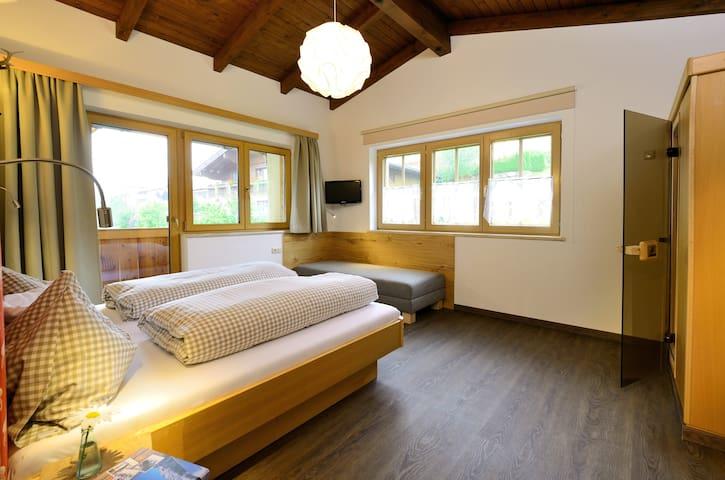Schlafzimmer mit sep. Couch und Wärmekabine