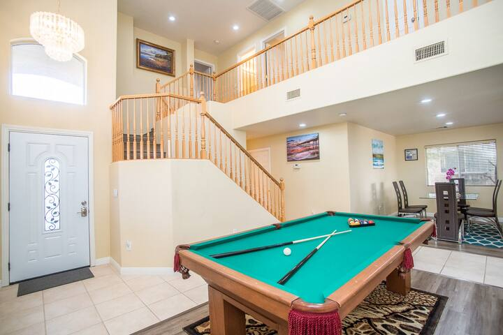 Las Vegas Luxury, Spacious Getaway with Pool Table