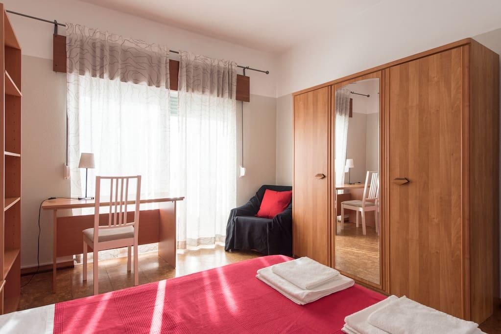 Quarto Vermelho - cama de casal, grande roupeiro, estante para livros e secretária de trabalho. Varanda privativa com vista para o Zoo de Lisboa