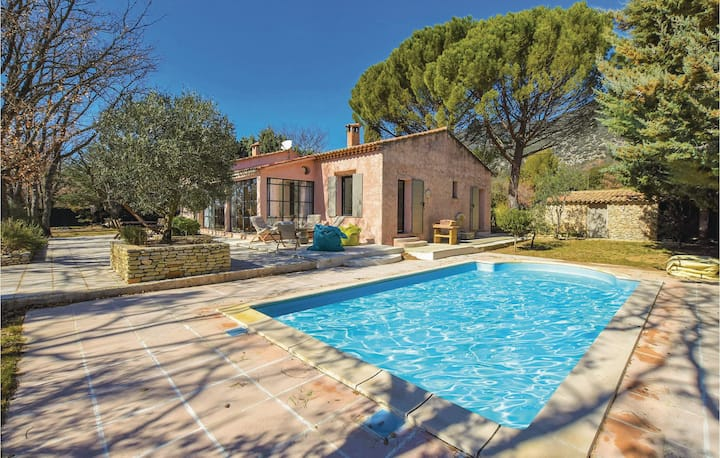 Nice home in Rustrel with WiFi, 4 Bedrooms and Outdoor swimming pool