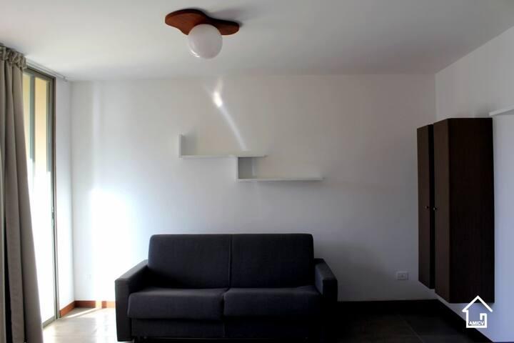 Sala com sofá cama fechado