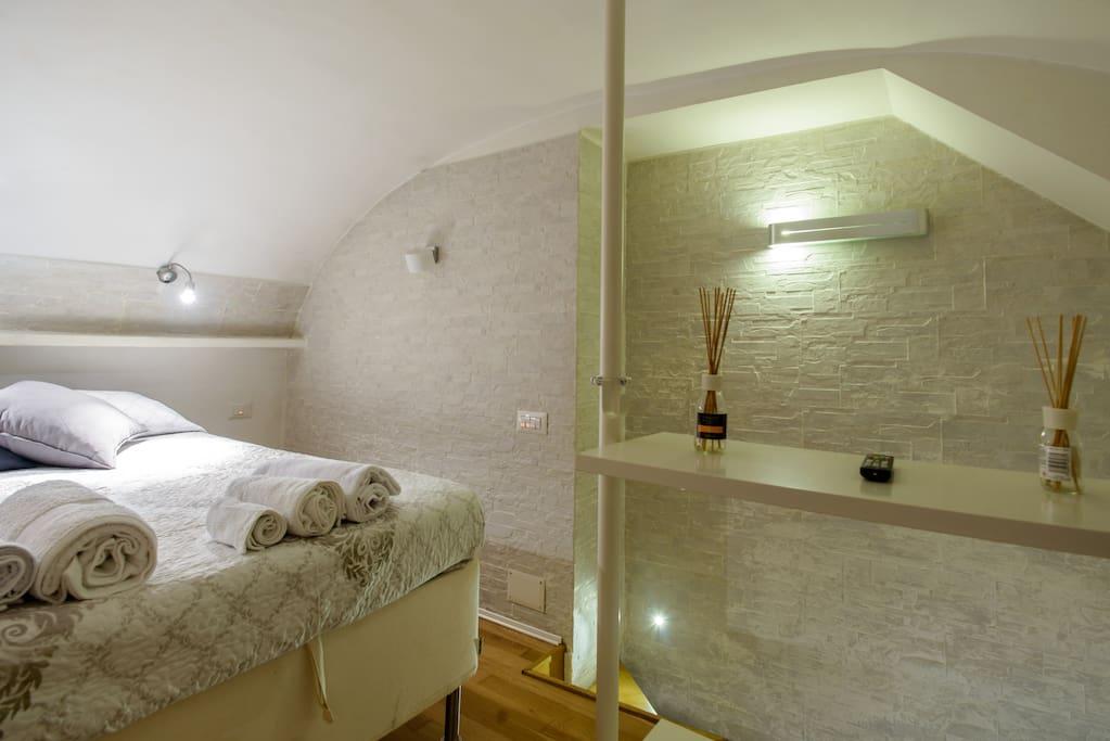 Toledo 27 appartamenti in affitto a napoli campania italia - Camera da letto soppalcata ...