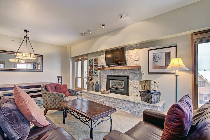 Scenic Winter Getaway Sleeps 8 - Ski in Out + Walk downtown