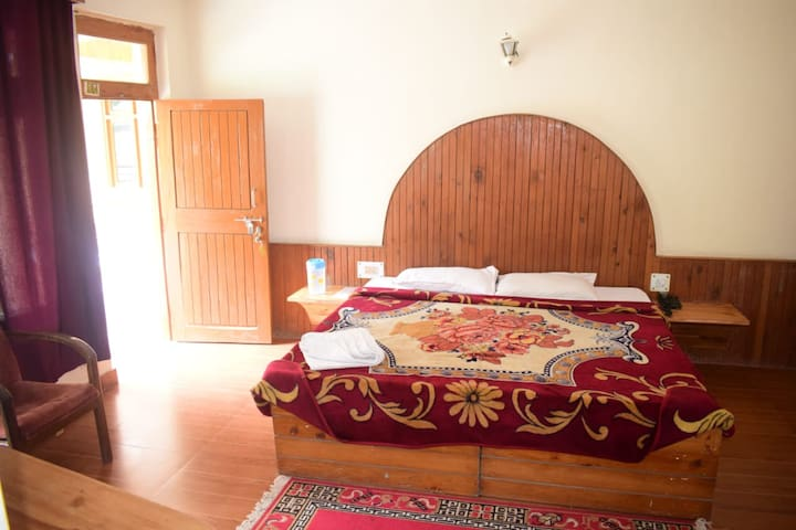 Comfortable Room near the River Bank, Old Manali 1