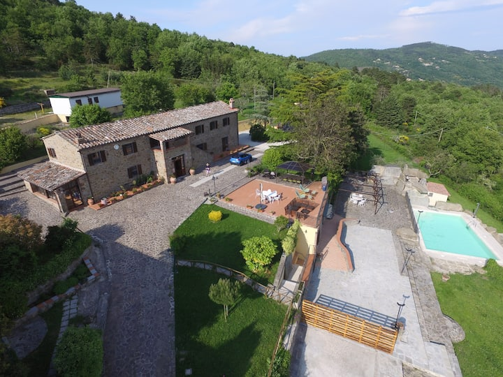 Charming farmhouse with views of Tuscany & Umbria
