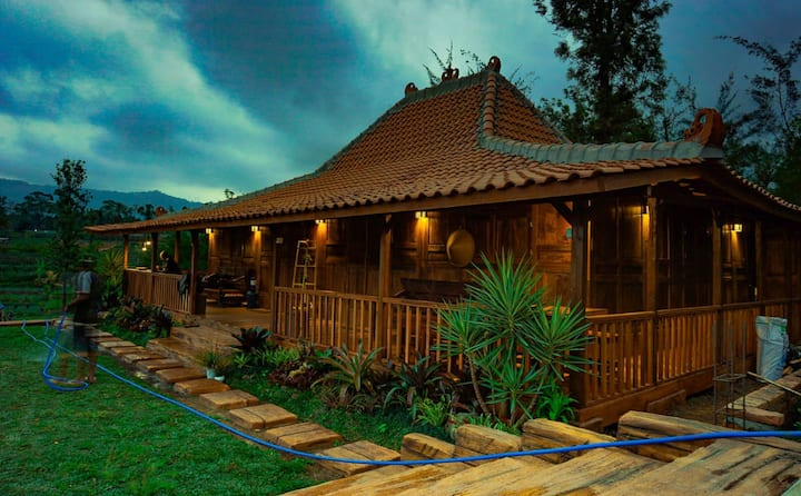 Rumah Kayu Bernuansa Pedesaan di Tengah Kota Batu