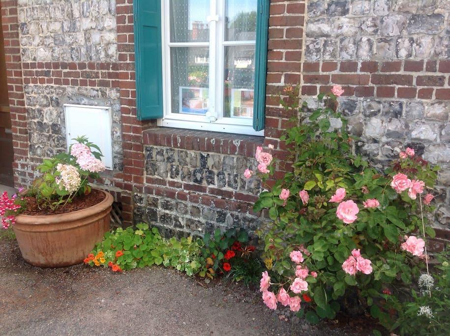 La maison est fleurie dès son entrée