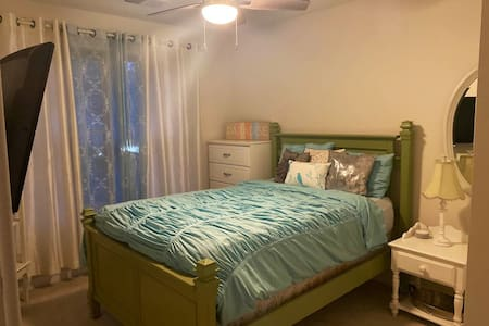 Clean Chic Bedroom, Full Bath in Silver Spring