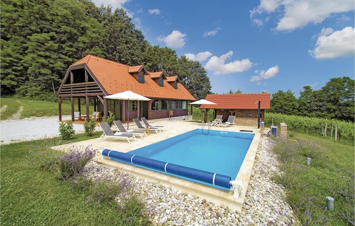 Holiday cottage with 3 bedrooms on 156m² in Donja Stubica
