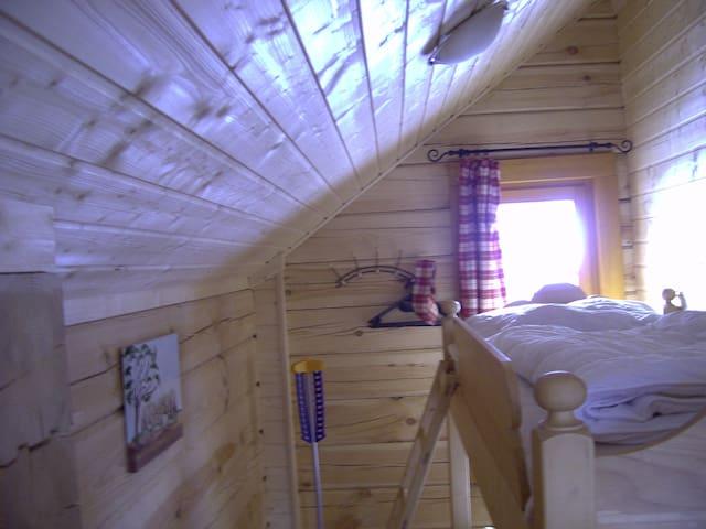 Kinderzimmer mit Etagenbett (2 Betten) und Balkon