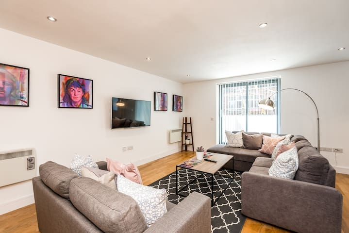 Gorgeous Central 2 Bed Apt - L1's Doorstep