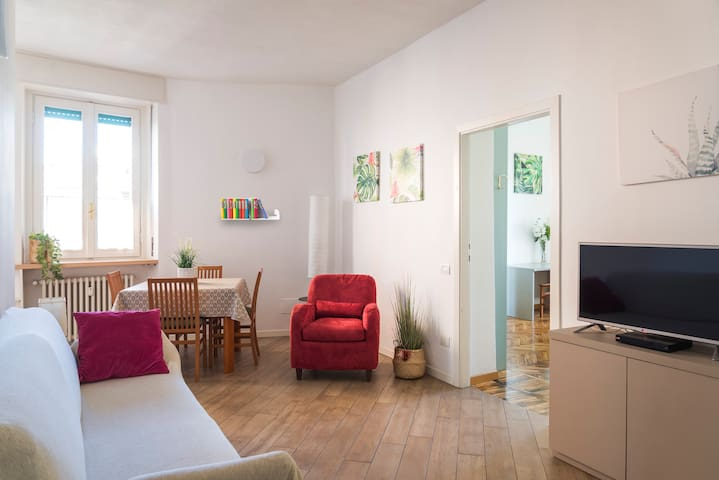 THE APARTMENT IS IN THE HEART OF THE CITY CENTER. SAFE AND COMFORTABLE, THE RESIDENTIAL AREA IS CLOSE TO THE DUOMO METRO STATION. A FEW STEPS FROM THE CATHEDRAL (8 MIN BY WALK)