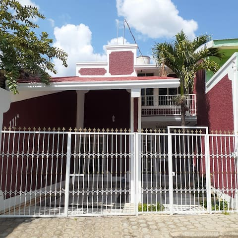 Casa en calle privada. Zona centro