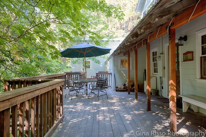 Relaxing home with creekside deck in Sierra City