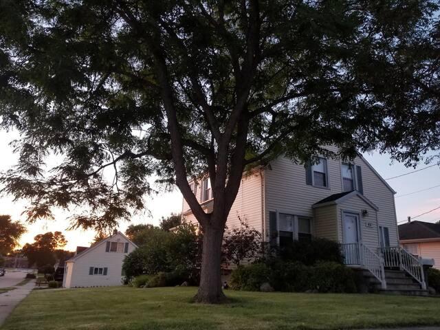 Charming, Cozy & Bright Corner House -Little Chute