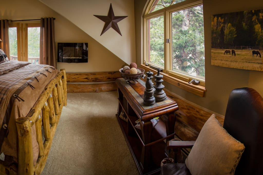 With a majestic equestrian theme, The Fall River Retreat embodies the rustic elegance of the lodge. The double-pillow-top king bed, private deck, electric fireplace, and spectacular scenery make this room a guest favorite.