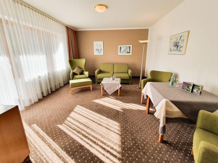 """Hotel-Gasthof """"Zur Linde"""" (Kipfenberg), Juniorsuite mit Wohnzimmer und Balkon"""