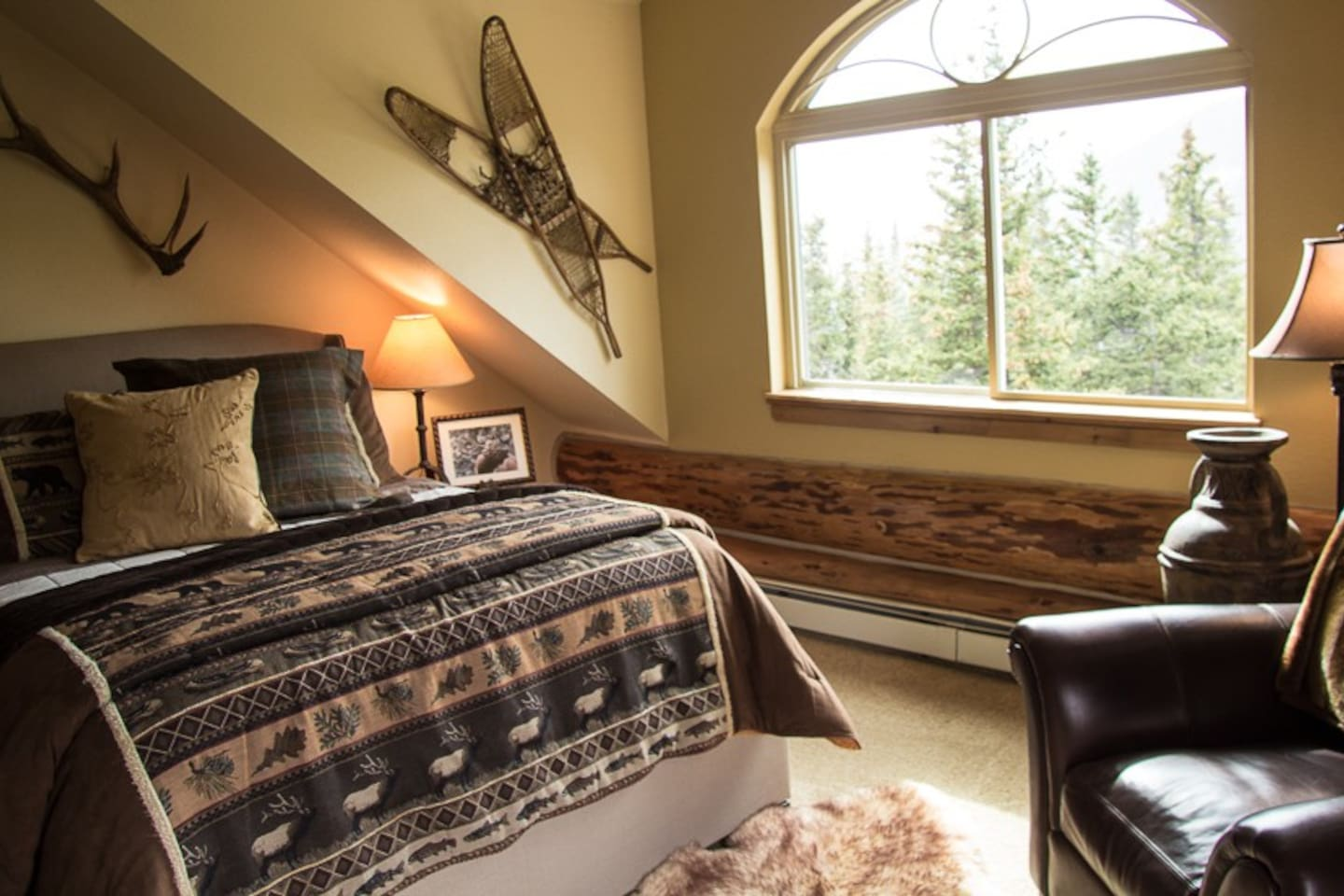 The Timberline Retreat makes you feel like you're truly above it all with its  180° timberline views. Be pampered by the queen bed, electric fireplace, and private deck.