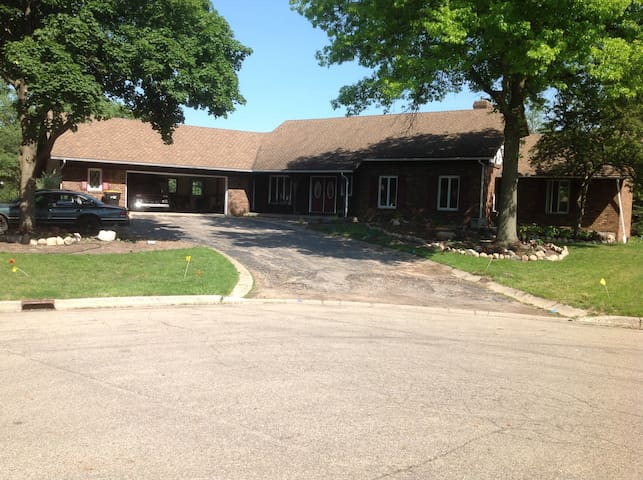 Family Home w/ extra room - Grandville - House