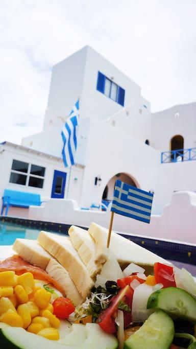 豐盛的希臘早餐和水池