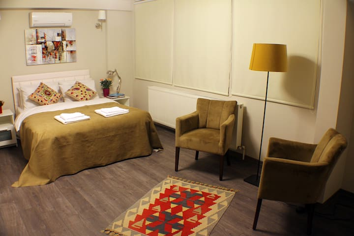 Very large comfortable room with seating area