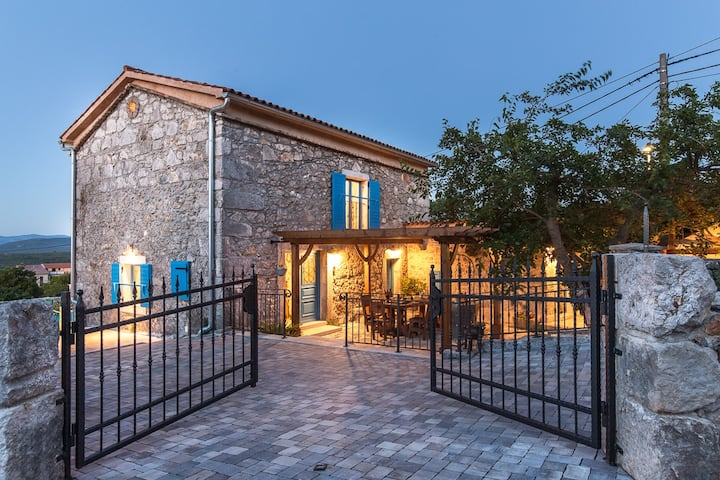 Beautiful stone holiday house with pool