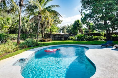 Lush Gardens, Heated Pool, Tiki, 2BR Private Home