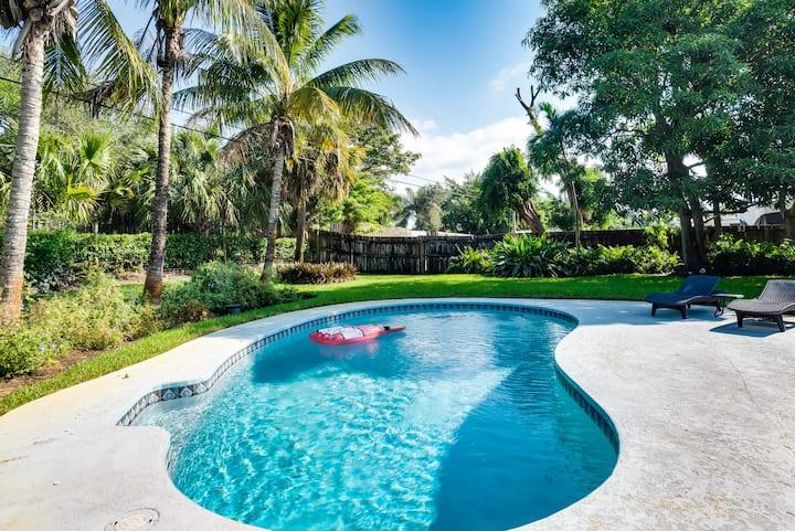 Lush Gardens, Heated Pool, Tiki, 2BR Private Home