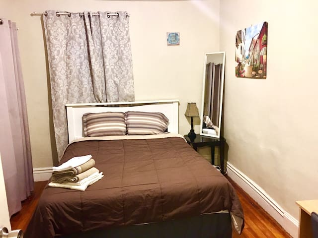 Private room, 35 mins drive to Boston 1st Floor