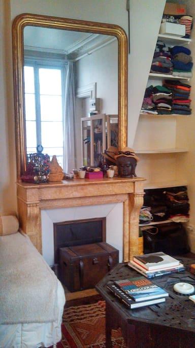 Chimney, high mirror, wardwrobe / Cheminée et haut miroir (d'époque), rangement vêtements