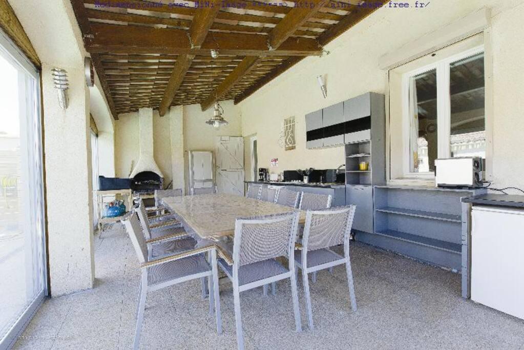 La cuisine d'été en véranda (vue vers l'intérieur de la maison)