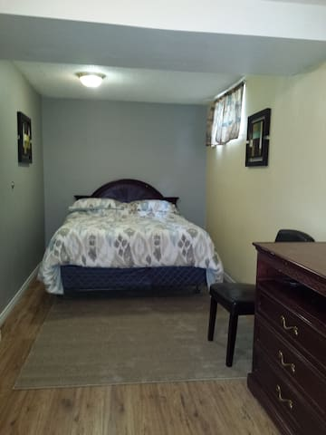Queen bed with  WIFI , cable and Private entrance