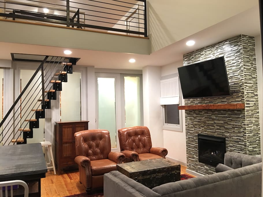 Bright modern candler park carriage house loft lofts for Belle chambre atlanta ga