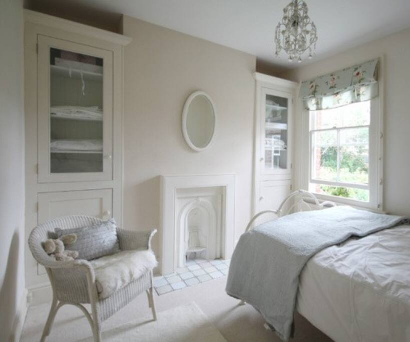 Double bedroom with quiet aspect to rear garden £55-£65/night