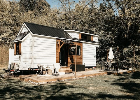 The Perch, a Tiny Home State Park Getaway med kajakker