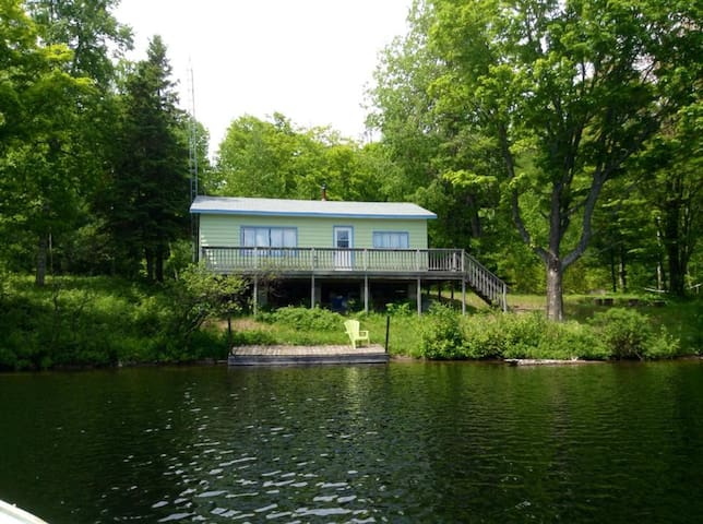 South Algonquin Lakefront Cottage 2 1/2 BD - Harcourt - Cabaña