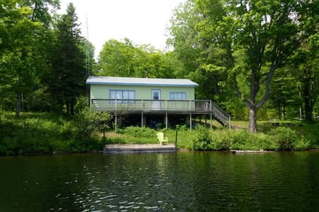 South Algonquin Lakefront Cottage 2 1/2 BD - Harcourt - Casa de campo