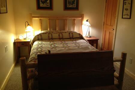 Quiet, cozy room in my JH home - Wilson