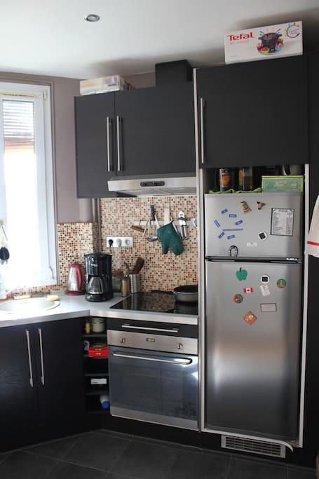 Cuisine équipée: plaques vitrocéramique/ lave-vaisselle, four, cafetière, bouilloire, frigo, etc...