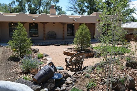 Luxury Comfort near Plaza w/Hot Tub - Taos - Huis